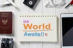 Il mondo attende il testo su un libro per il sito Web dell'insegna di viaggio fotografia stock