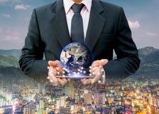 Il mondo della terra di affari del sistema di rete di comunicazione della rete della città a disposizione degli elementi di quest fotografia stock libera da diritti