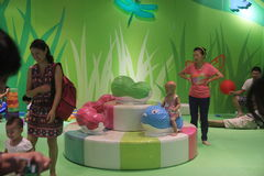 Il mondo dello spettacolo dei bambini verdi nella città di Shenzhen Baoneng Taikoo Fotografie Stock