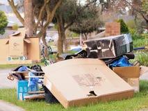Il mondo di abbondanza e della raccolta dura annuale dei rifiuti, scatola di cartone Fotografia Stock