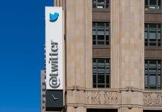 Il mondo di Twitter acquartiera la costruzione ed il logo Immagini Stock Libere da Diritti