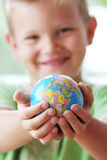 Il mondo in mani dei bambini Fotografia Stock