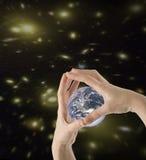 Il mondo in vostre mani Immagini Stock Libere da Diritti