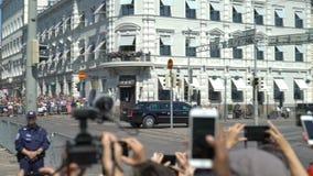 Il monitoraggio della polizia di tumulto protesta contro la riunione fra la sommità di Putin e di Trump a Helsinki, Finlandia stock footage
