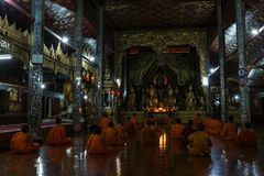 Il montaggio del monaco durante il rituale di sera prega fotografia stock
