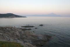 Il monte Athos, vista dalla penisola Sithonia Fotografia Stock