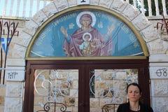 Il monte degli Ulivi, entrata con la scena del vergine con Jesus Christ nella chiesa di St Mary e la tomba del vergine, Gerusalem fotografia stock libera da diritti
