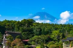 Il monte Fuji con gli alberi verdi e parco sulla priorità alta Immagine Stock