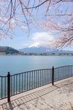 Il monte Fuji dal lago Kawaguchiko con il fiore di ciliegia in Yamanash Fotografie Stock
