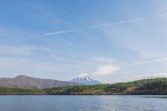 Il monte Fuji dal lago Saiko in primavera Immagini Stock