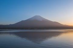 Il monte Fuji dal lago Yamanaka durante il tramonto in primavera Immagine Stock Libera da Diritti