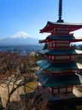 Il monte Fuji e la pagoda cinque-leggendaria iconica di Chureito durante la molla nel Giappone Fotografia Stock Libera da Diritti