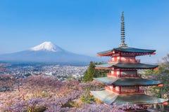 Il monte Fuji e pagoda di Chureito con il fiore di ciliegia sakura nello spr Immagini Stock Libere da Diritti