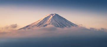 Il monte Fuji enshrouded in nuvole con il chiaro cielo dal lago kawaguchi, Yamanashi, Giappone Immagine Stock Libera da Diritti