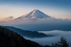 Il monte Fuji enshrouded in nuvole con il chiaro cielo dal lago kawaguchi, Yamanashi, Giappone Fotografia Stock