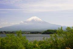 Il monte Fuji nel lago di waguchiko del Ka immagine stock
