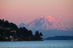 Il monte Rainier al crepuscolo Fotografia Stock Libera da Diritti