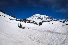 Il monte Rainier con un lago innevato nella priorità alta Immagine Stock