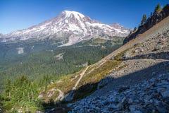 Il monte Rainier dagli zigzag superiori della traccia della sella del culmine Immagine Stock
