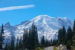 Il monte Rainier dalla strada ad alba Fotografia Stock