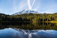 Il monte Rainier e lago reflection fotografia stock