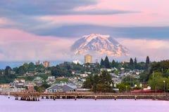 Il monte Rainier sopra lungomare di Tacoma al crepuscolo nello Stato del Washington immagini stock libere da diritti