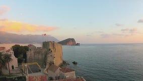 Il Montenegro, Budua, vecchia città, mare, vista dell'elicottero stock footage