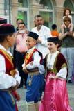 Il Montenegro, Castelnuovo - 28/05/2016: I bambini in cittadino costumes il Montenegro del gruppo Igalo di folclore immagini stock