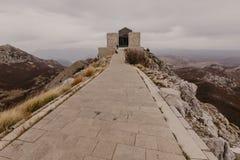 Il Montenegro, Cetinje 2 11 2018 Mausoleo di Negosh - la tomba di ultimo righello spirituale del Montenegro, Pietro Romano metrop fotografia stock libera da diritti