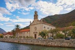 Il Montenegro, città di Prcanj Vista della chiesa del san Nicholas Franciscan Monastery fotografia stock libera da diritti