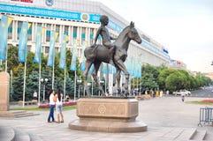 Il monumento ad un ragazzo kazako al quadrato della Repubblica di Almaty Immagine Stock