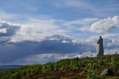 Il monumento al soldato sovietico che sta su una collina con i punti di vista di Kola Bay Fotografia Stock Libera da Diritti