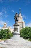 Il monumento alla m. V Lomonosov sui precedenti dell'università di Stato di Mosca nominata dopo la m. V Lomonosov Fotografie Stock Libere da Diritti