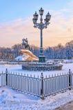 Il monumento bronzeo del cavallerizzo e una lanterna al senato quadrano Fotografia Stock Libera da Diritti
