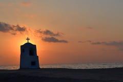 Il monumento del porticciolo di Agia ha annegato dal mare al tramonto, Halkidiki, Grecia Fotografie Stock