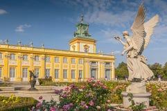 Il monumento dell'angelo nel giardino in Wilanow Royal Palace, Varsavia Polonia immagine stock