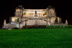 Il monumento di Emmanuel II del vincitore alla notte. Fotografie Stock