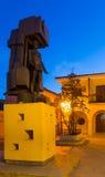 Il monumento di estrazione mineraria alla piazza nella notte Utrillas Immagini Stock Libere da Diritti