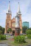 Il monumento di vergine Maria nei precedenti della cattedrale HO CHI MINH CITY, VIETNAM Immagini Stock Libere da Diritti