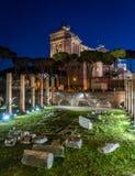 Il monumento di Vittorio Emanuele II alla notte, come veduta dalla basilica Ulpia rovina, a Roma, l'Italia Immagine Stock