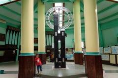Il monumento equatoriale è situato sull'equatore in Pontianak immagine stock