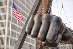 Il monumento a Joe Louis, conosciuto anche come il pugno, è un memoriale al pugile a Hart Plaza di Detroit Detroit, Michigan, U.S fotografia stock libera da diritti