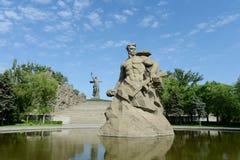 Il monumento le chiamate della patria! scultura di un soldato sovietico da combattere alla morte! al vicolo di memoria nella citt immagini stock