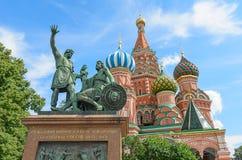 Il monumento a Minin e a Pozharsky sul quadrato rosso a Mosca. Immagini Stock Libere da Diritti