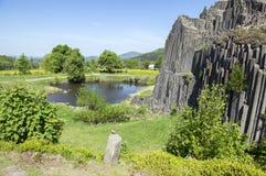 Il monumento naturale nazionale ha nominato lo skala di Panska, roccia congiunta colonnare del basalto nel villaggio del senov di immagini stock