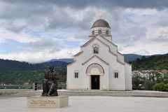 Il monumento a Petar II Petrovich Njegosh è installato sul quadrato davanti alla chiesa di principe Lazarus della st Fotografia Stock