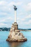 Il monumento a Russo distrutto spedisce per ostruire l'entrata a Sevas immagini stock libere da diritti