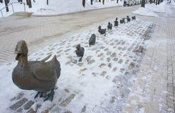 Il monumento si fa strada per gli anatroccoli Fotografie Stock