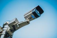 Il mornitor all'aperto del CCTV di sicurezza con il fondo del cielo blu Fotografia Stock