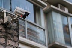 Il mornitor all'aperto del CCTV di sicurezza davanti a costruzione Immagine Stock
